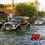 ขับรถลุยน้ำท่วม